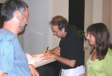En la foto: Eduardo Pérez Pegué, Joan Manuel Serrat, María Eugenia de Feo, tomó la foto Xavi Llebaria