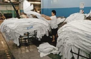 ropa hospital 300x197 Es fundamental el rol de la higiene de ropa hospitalaria en la prevención de infecciones