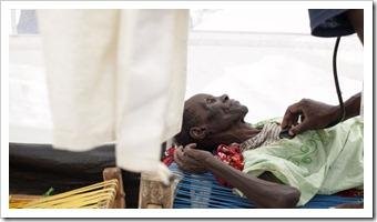 Anciana-tratamiento-hepatitis-sudan