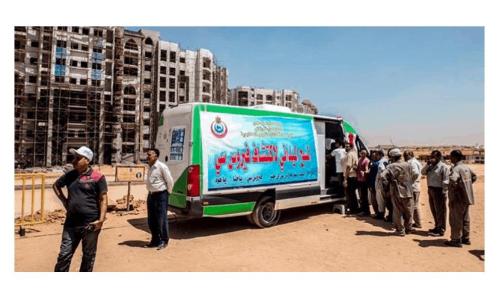 Una furgoneta móvil realiza pruebas de hepatitis C en Egipto. Imagen: Khaled Desouki / AFP / Getty Images