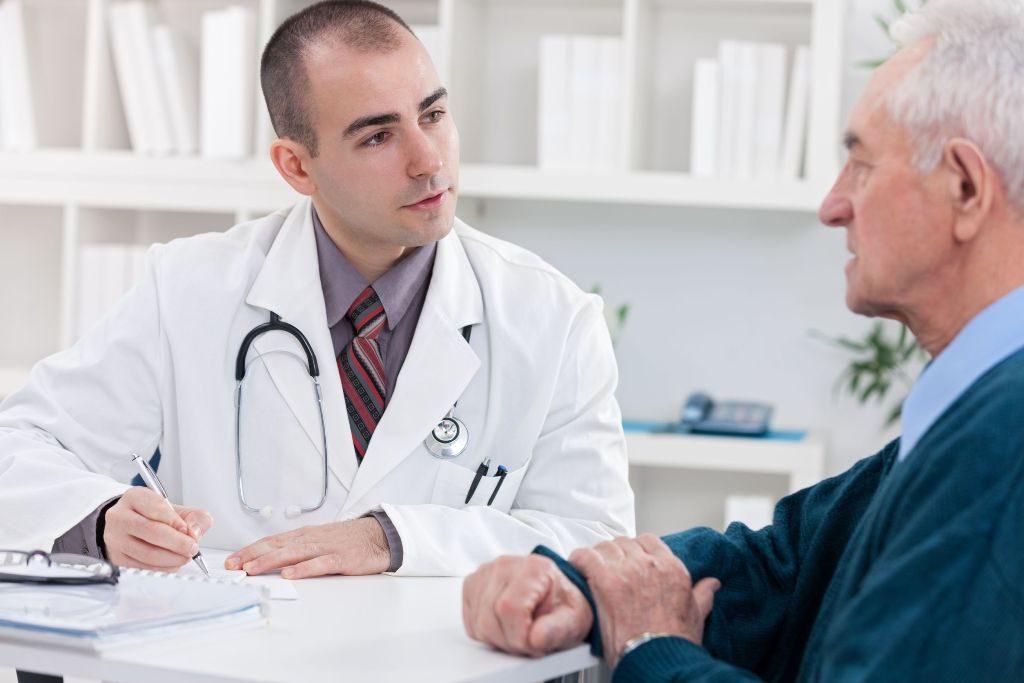 diabetes y hepatitis C médico atendiendo a paciente