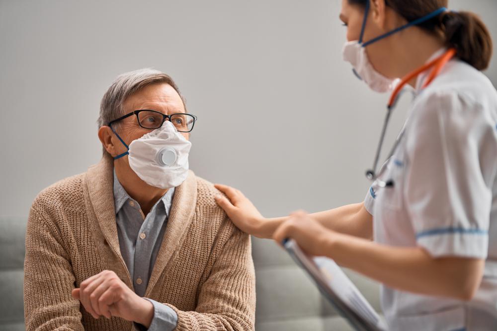 paciente y médico en la consulta durante la pandemia por civid