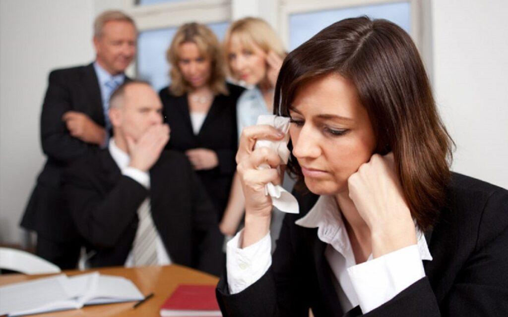 personas discriminando en el trabajo